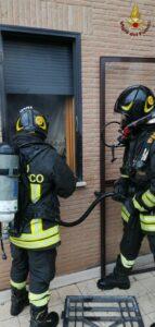 Roma, incendio in casa: muore una donna, grave il figlio 2