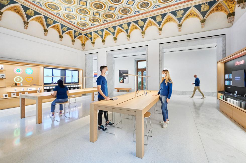 Apple sbarca a via del Corso: restaurato il Caffè Aragno 1