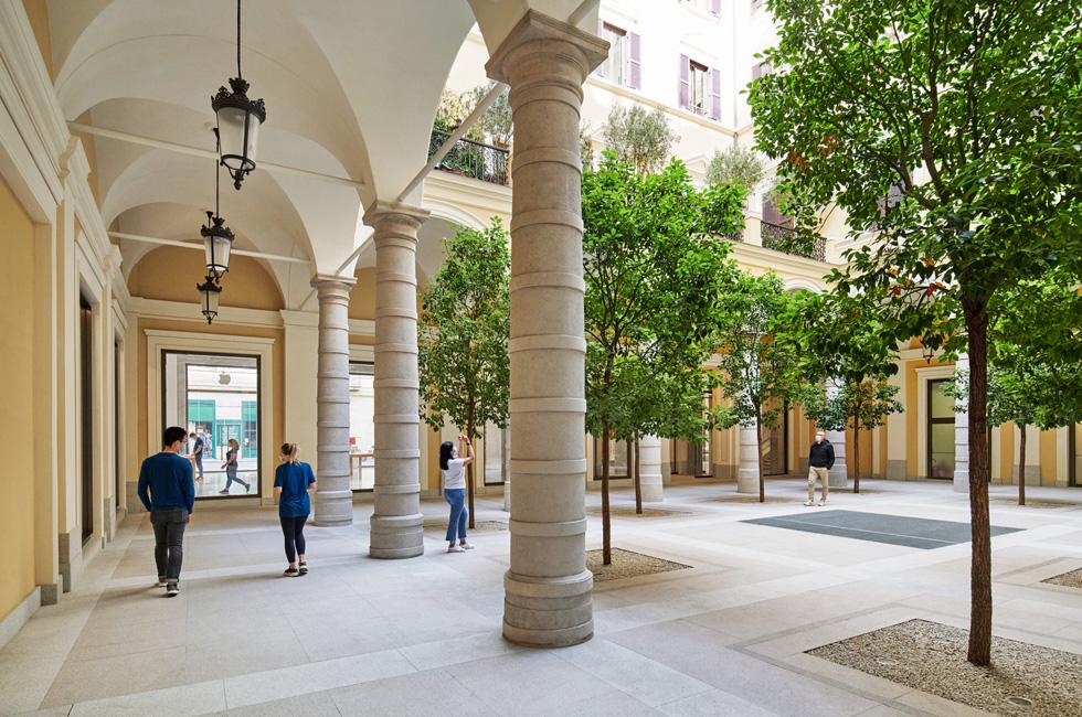 Apple sbarca a via del Corso: restaurato il Caffè Aragno 2