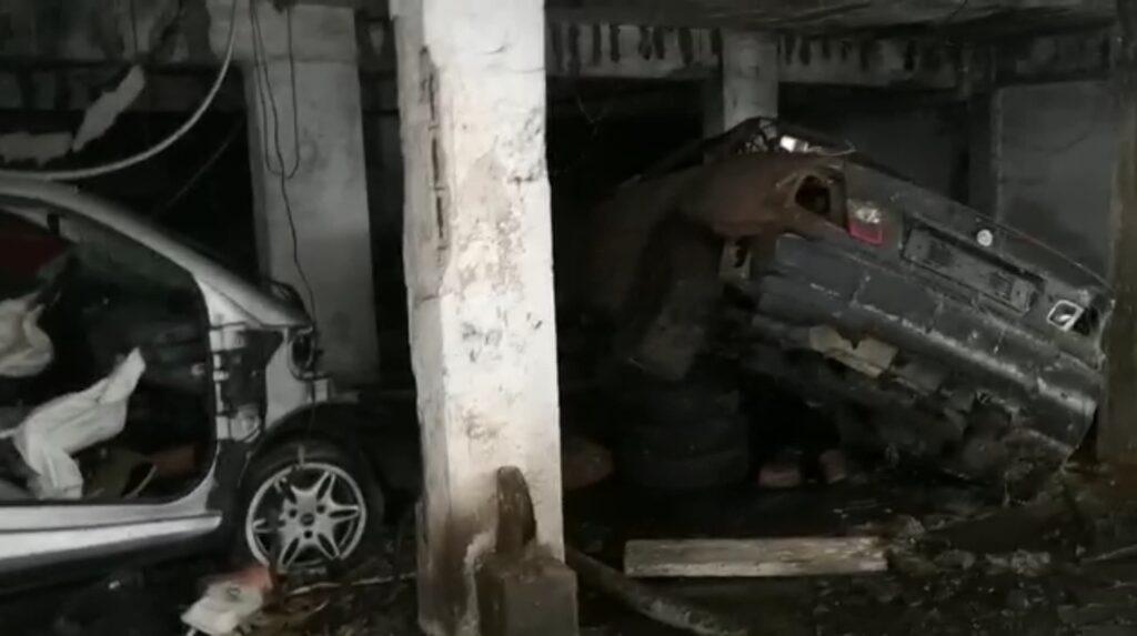 Ostia, entriamo nel garage degli orrori: liquami, cemento sbriciolato e auto bruciate (VIDEO) 2
