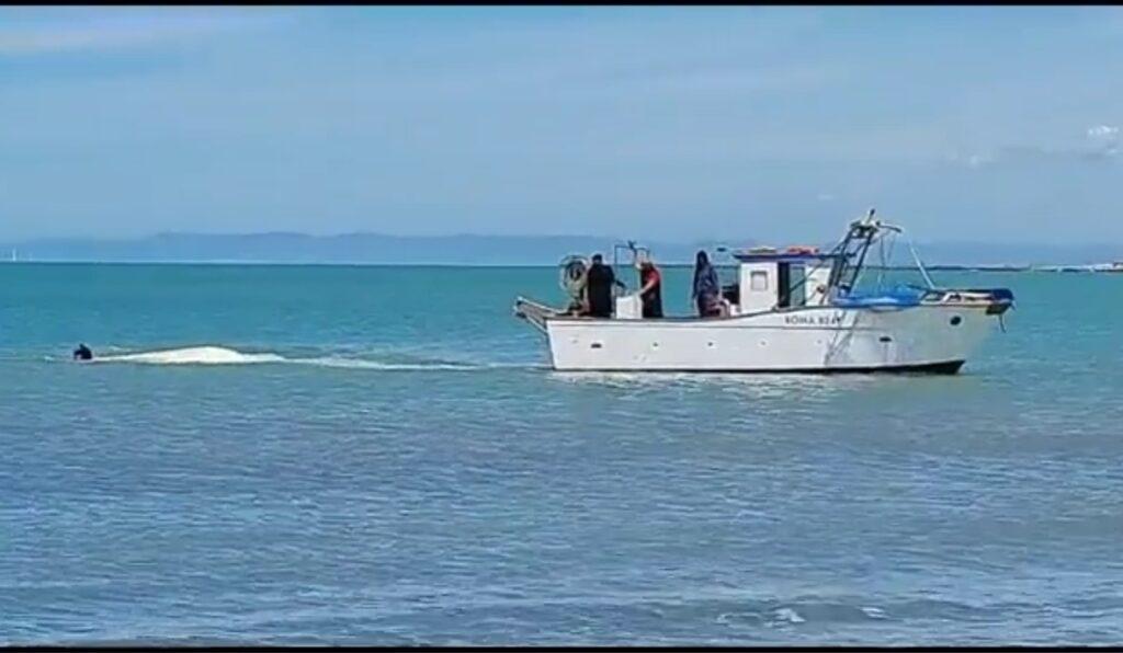 """Fiumicino, pescatore attaccato da uno squalo: """"Salvo grazie ai soccorritori"""" 1"""