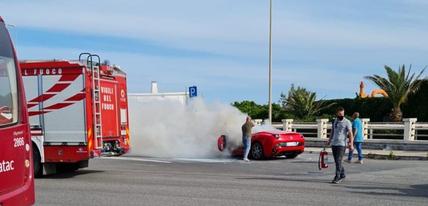 Ostia, la Ferrari prende fuoco: 200mila euro in fumo (VIDEO) 1