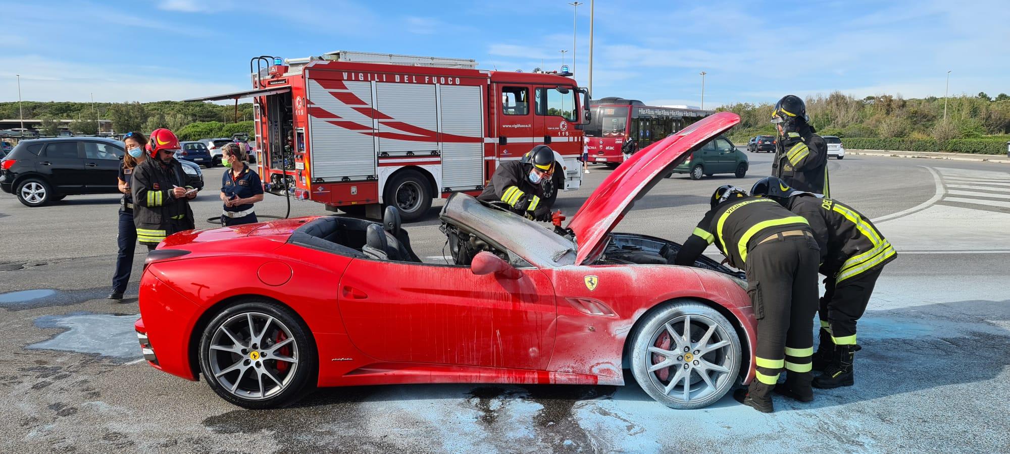 Ferrari incendiatasi a Ostia