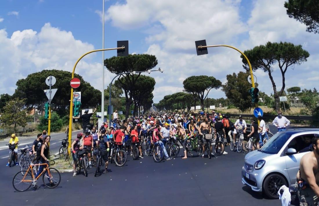 I ciclisti di Critical Mass verso il mare, invasione di bici sulla Colombo (VIDEO) 2
