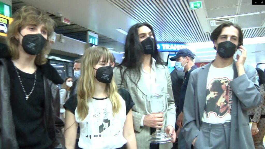 Rientro trionfale dei Maneskin all'aeroporto di Fiumicino (VIDEO) 2