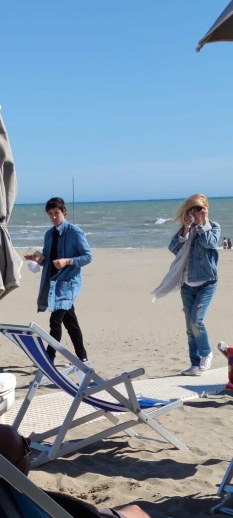 Patty Pravo a Ostia: toccata e fuga sulla spiaggia con un giovane accompagnatore 1