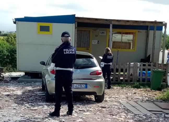 Ardea, denunciati e allontanati nomadi: momenti di tensione con la Polizia locale 1