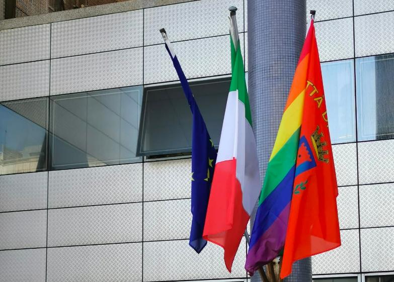 Fiumicino, strisce arcobaleno contro le discriminazioni LGBT 2