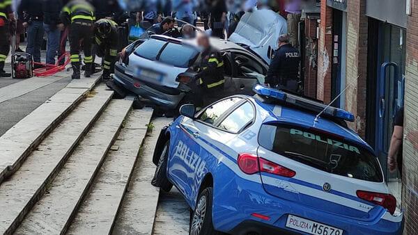 Forza il blocco della Polizia: inseguito, sperona la volante. L'uomo è grave 1
