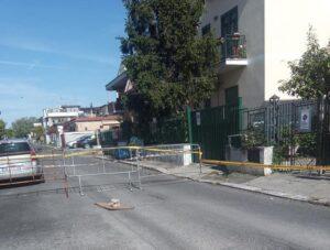 Strada transennata ad Acilia: da un mese il garage è off-limits 1