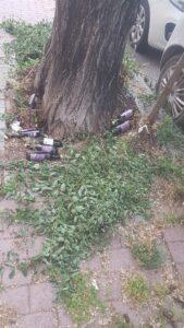 Bottiglie vuote, armadi e materassi sul marciapiede: degrado al centro di Ostia 1