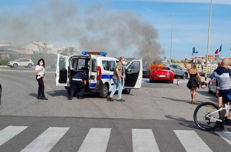 Ostia, la Ferrari prende fuoco: 200mila euro in fumo (VIDEO) 2