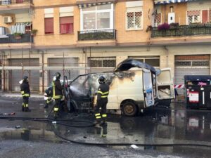 Esplosione a Ostia: in fiamme furgone con all'interno bombole del gas (VIDEO) 2