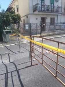 Strada transennata ad Acilia: da un mese il garage è off-limits 2