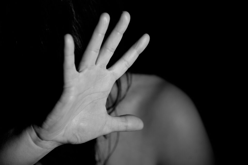 Da Fiumicino a Ostia per molestare la ex ma il fratello di lei lo manda in ospedale 1