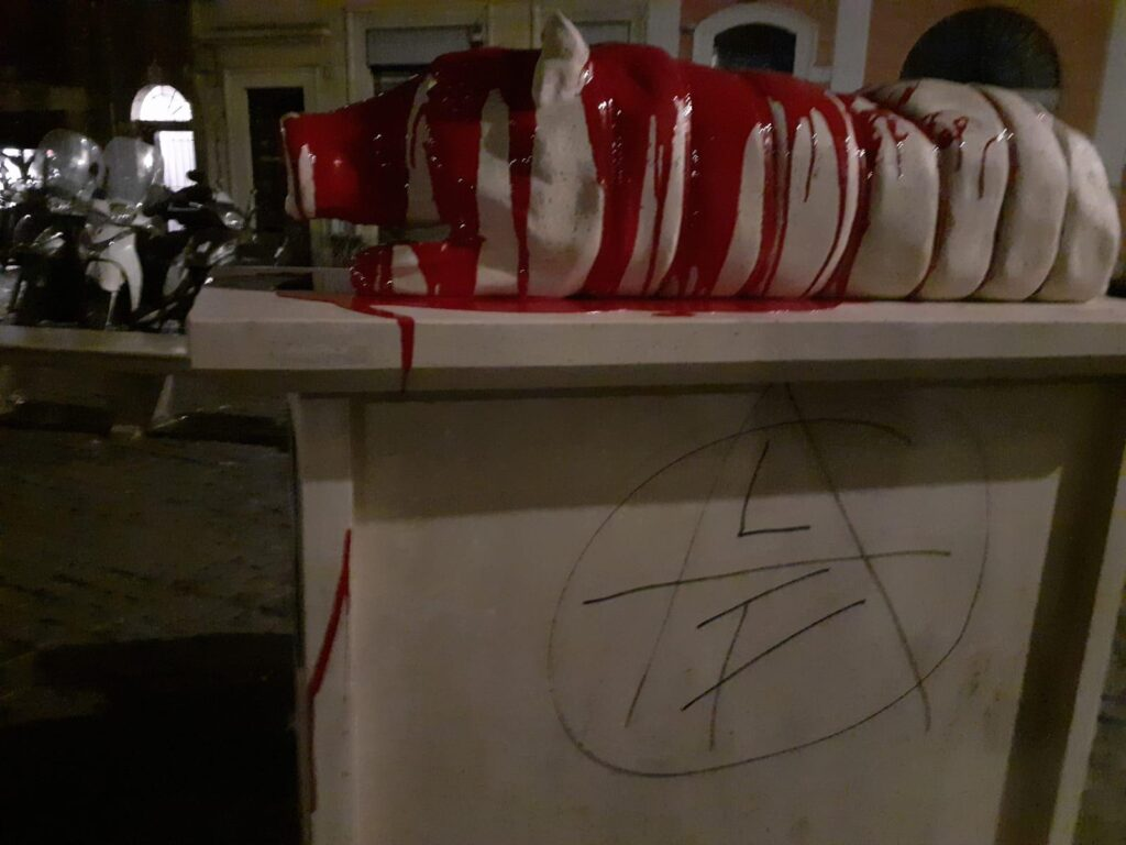 Sangue sul Monumento alla Porchetta: gesto eclatante degli animalisti 1