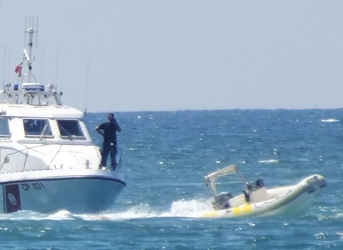 gommone e Guardia Costiera