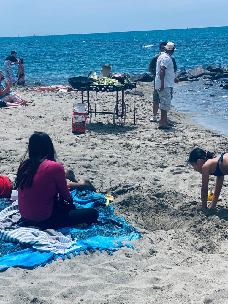 Ostia: esplode la voglia di mare e torna il commercio abusivo sulle spiagge 1