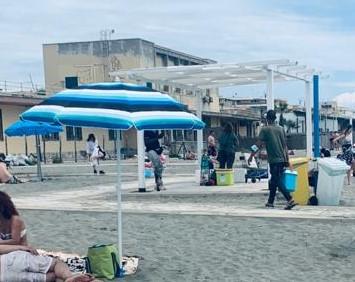 Ostia: esplode la voglia di mare e torna il commercio abusivo sulle spiagge 2