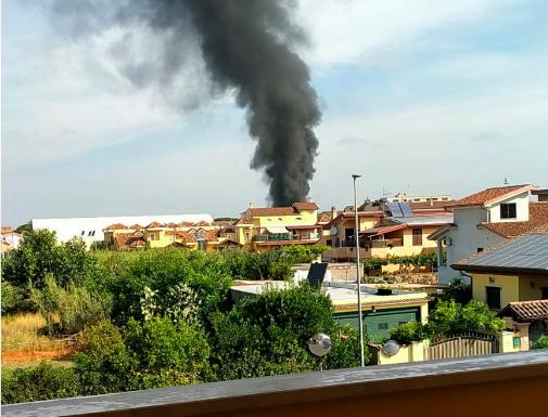 Fiumicino: scoppia incendio nel capannone di una pescheria in demolizione 2
