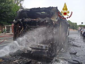 Roma, ancora un bus in fiamme: salvi i passeggeri 1