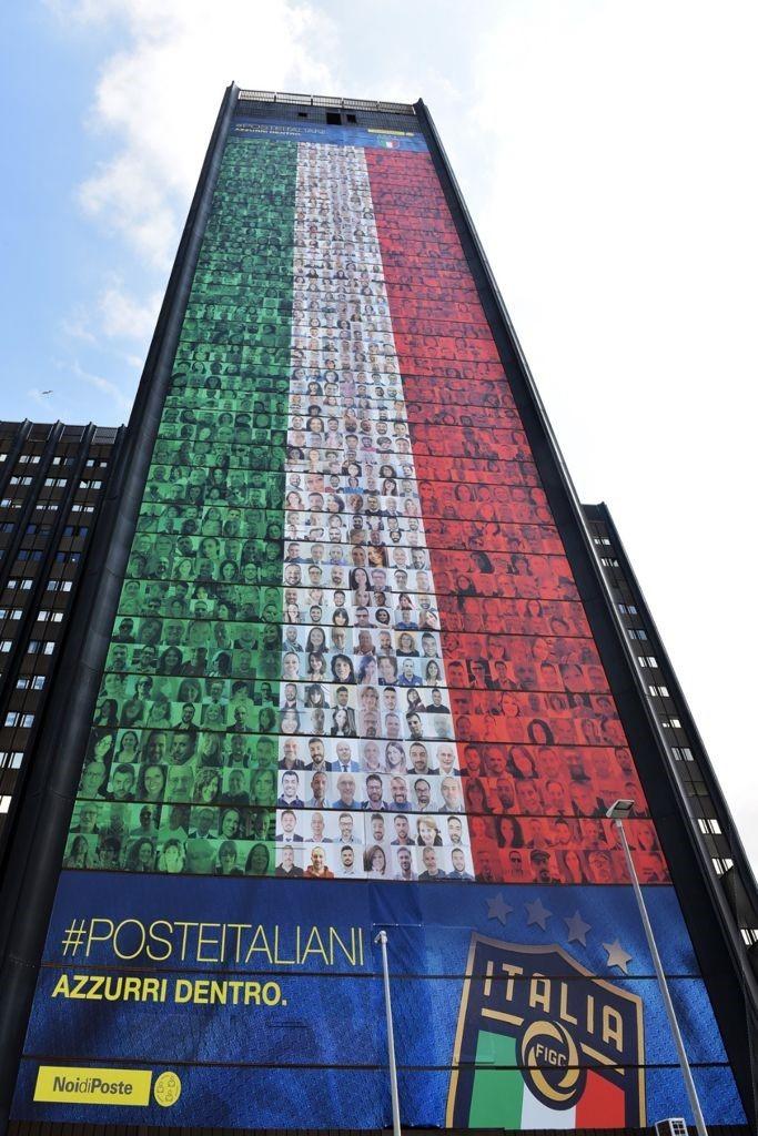 Forza Azzurri, il tifo di Poste Italiane con una super bandiera all'Eur 1