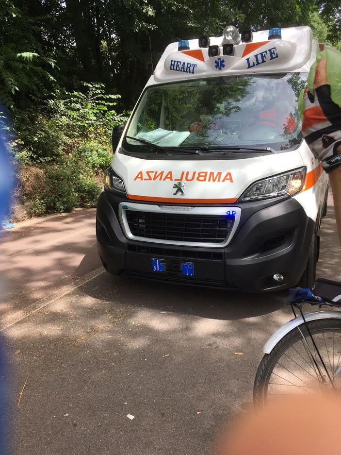 Roma, incidente sulla Dorsale Tevere: ciclista ferito gravemente 1