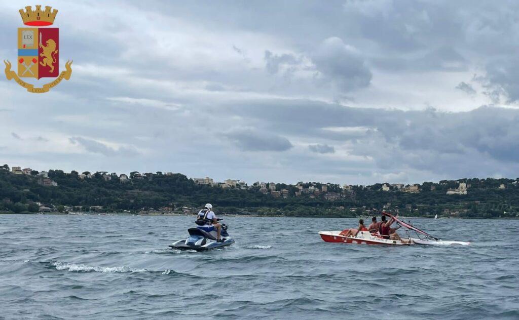 """Agenti """"marinai"""" con le moto d'acqua salvano quattro giovani alla deriva 1"""