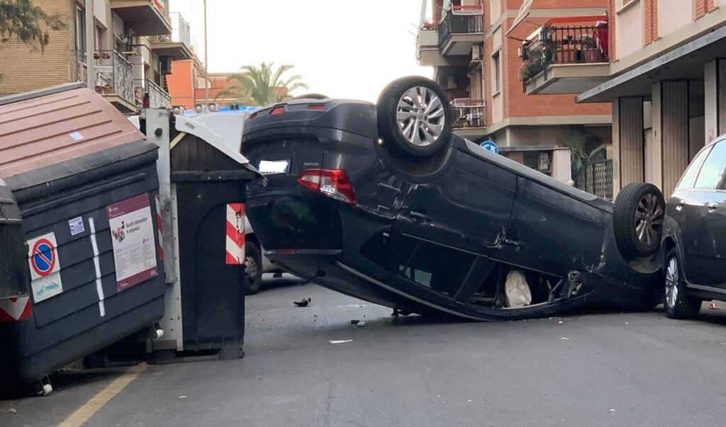 Ostia, risveglio con il botto: auto si schianta contro i cassonetti 1