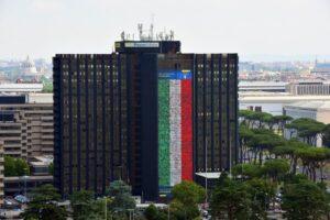 Poste Italiane tifa gli Azzurri: tutti i numeri della maxi-bandiera dell'Eur 1