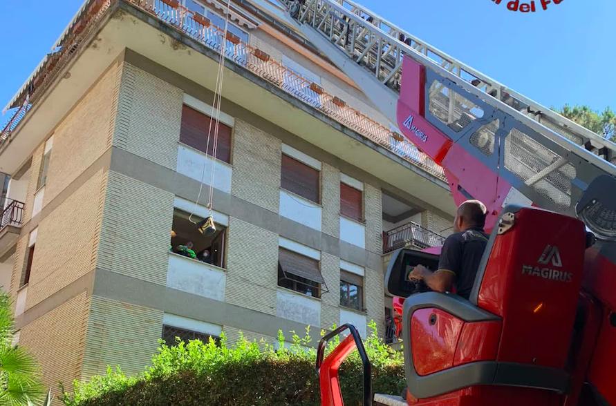 Roma: una squadra speciale dei VVF soccorre una donna obesa caduta dentro casa 1