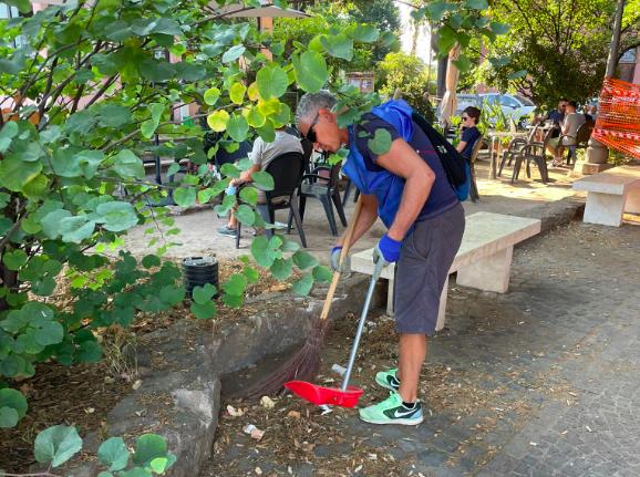 I volontari di Retake Ostia Antica a lavoro per il decoro di Piazza Gregoriopoli (VIDEO) 1