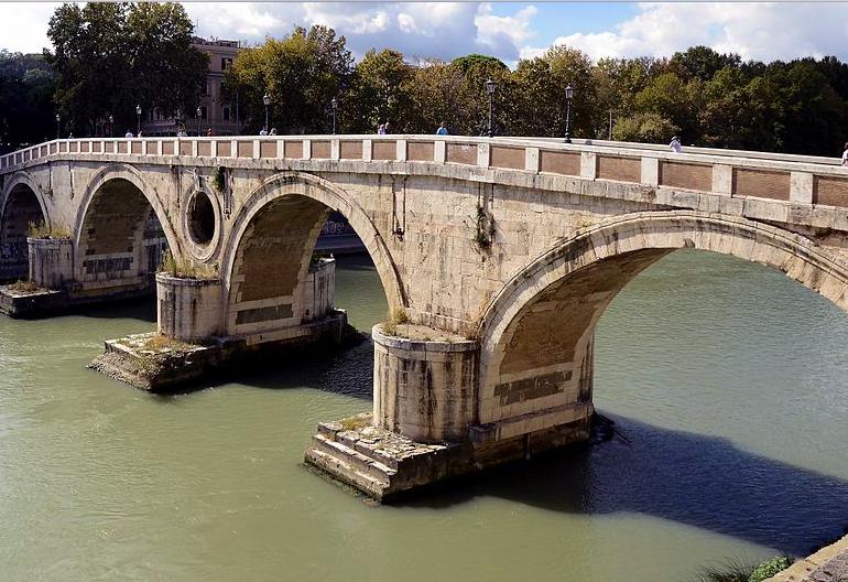 Roma: soccorso alle prime luci del giorno un uomo caduto da Ponte Sisto 1