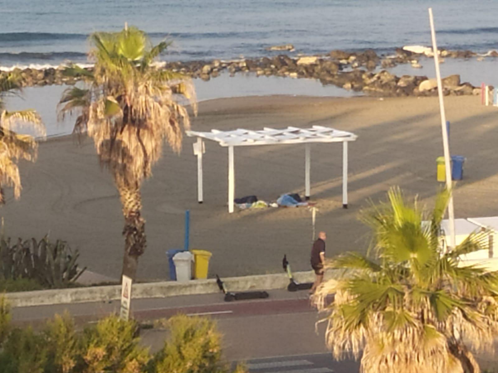Ostia, anarchia sulle spiagge libere tra tende e sacchi a pelo 1