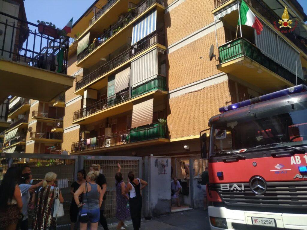 Notte di terrore a Ostia per due incendi: evacuate venti famiglie 1