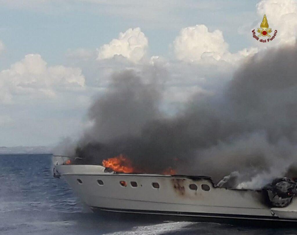 Incendio di uno yacht, tratte in salvo 7 persone 1