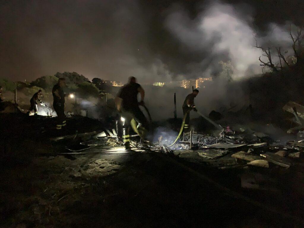 Ostia, furioso incendio in un accampamento: si temono feriti (VIDEO) 1