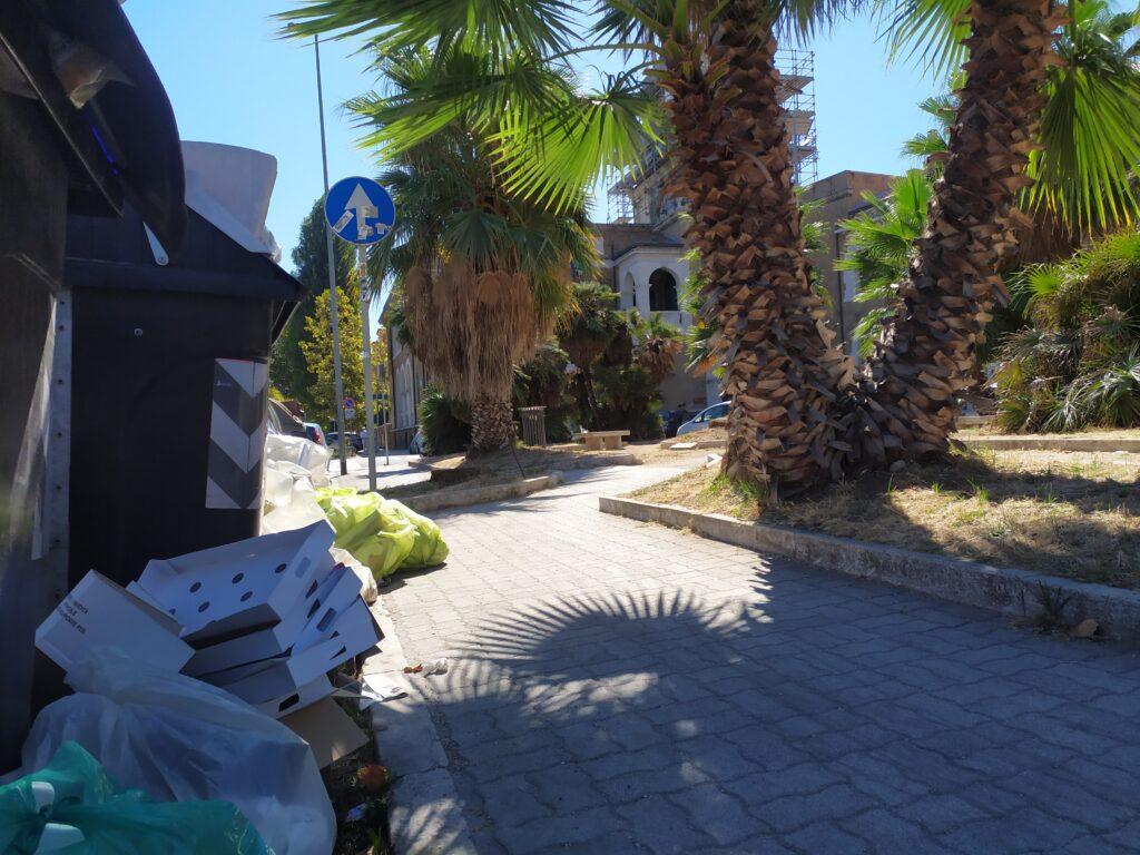 Ostia, rifiuti nauseabondi davanti al Municipio e alla statua del Patrono 1