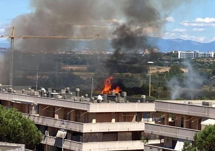 Vasto incendio a Vitinia e Malafede: interrotta la ferrovia Roma-Lido, chiusa l'Ostiense (VIDEO) 1
