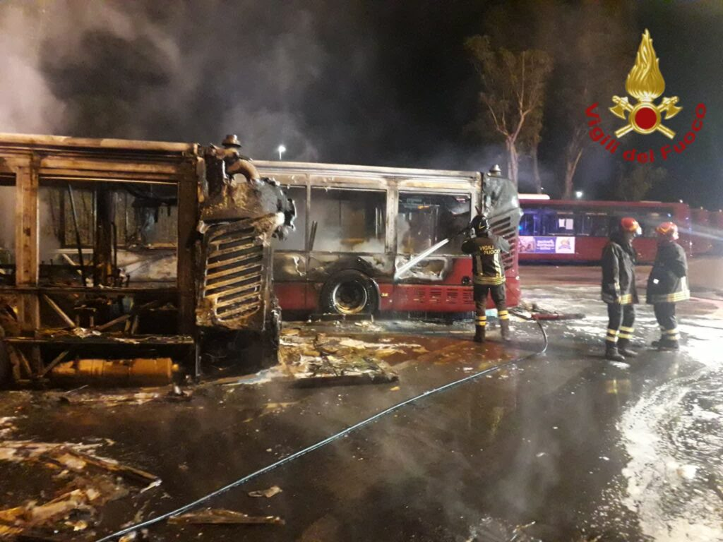 Roma, incendio in un deposito Atac: bruciati tre bus. Ancora sassi contro i mezzi 1