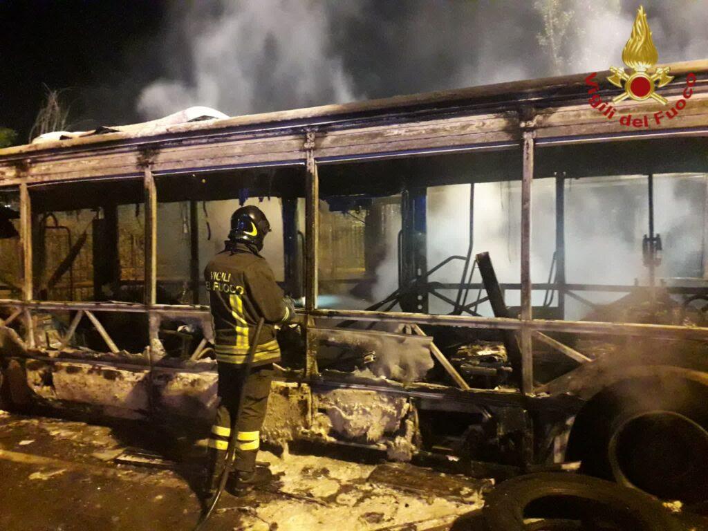 Roma, incendio in un deposito Atac: bruciati tre bus. Ancora sassi contro i mezzi 2