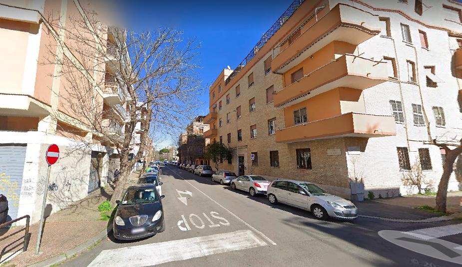 Cade dal balcone di casa: 15enne di Ostia ricoverata d'urgenza 1
