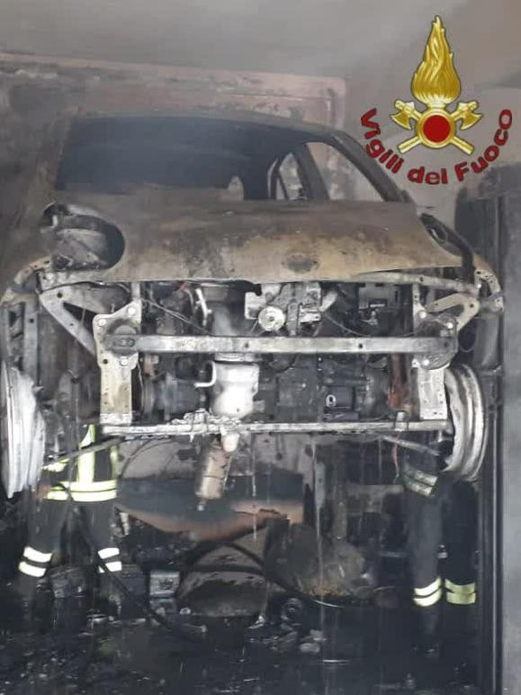 Roma: incendio in un'autofficina. E' morto il titolare a seguito delle gravi ustioni 1
