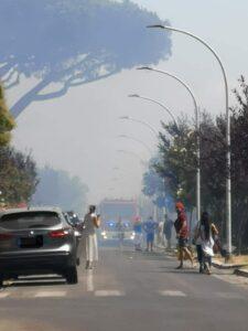 Axa, incendio di sterpaglie minaccia le abitazioni: residenti in strada (VIDEO) 1