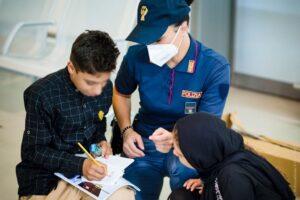 """Bambini afghani a Fiumicino. Il poliziotto-prestigiatore li racconta: """"Molto tristi"""" 1"""