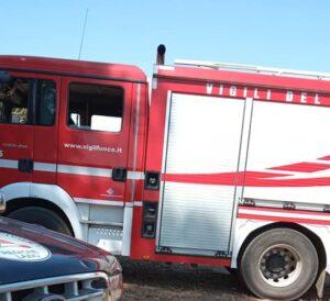 Incendio nei campi di Ardea: bruciano anche carcasse di auto 1