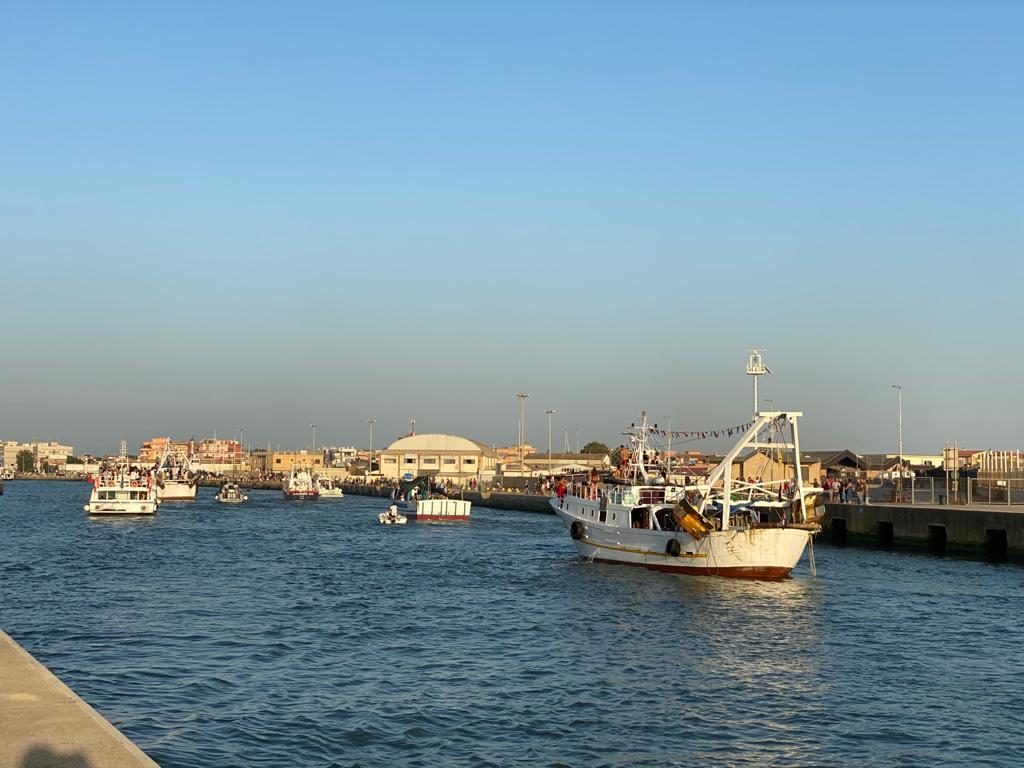 Fiumicino non rinuncia alla Processione a mare: in duemila al rito 1