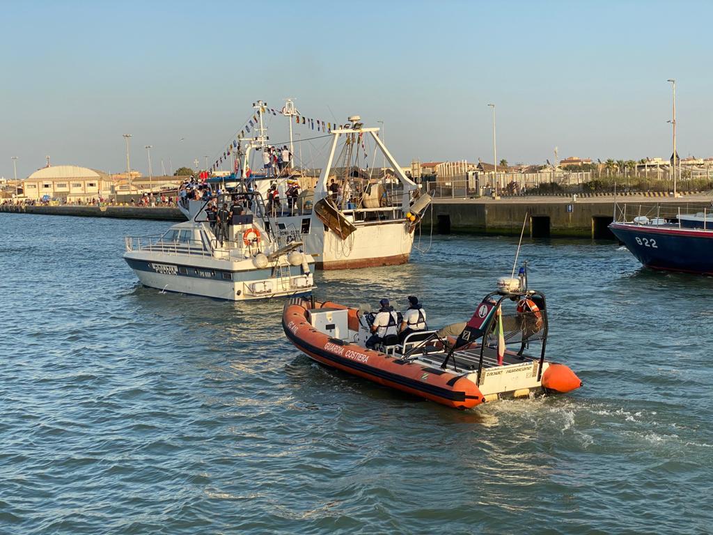 Fiumicino non rinuncia alla Processione a mare: in duemila al rito 2