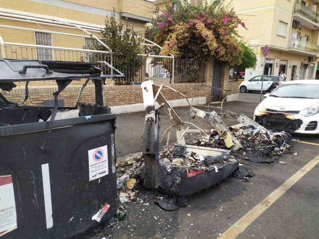 Ancora incendi a Ostia: in fiamme cassonetti e bagni chimici sulla spiaggia libera (VIDEO) 1