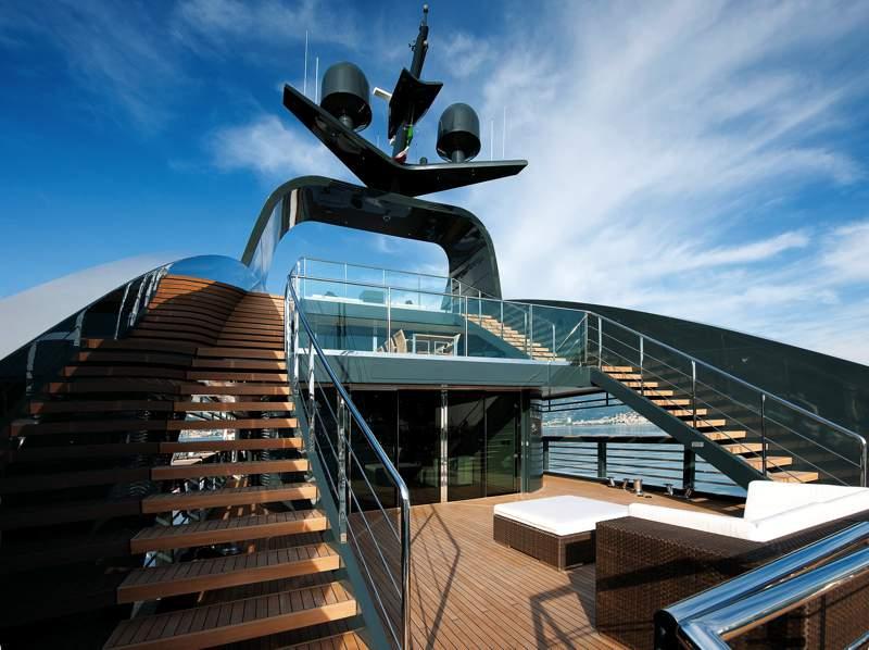 Ostia, tutti pazzi per Ocean Sapphire la barca-astronave ormeggiata al porto 1